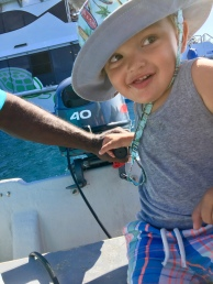 Enzo pomáha Billovi navigovať loď