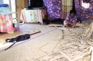 Teta vyrába koberec