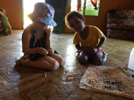 Vyrábame náramky z mušličiek