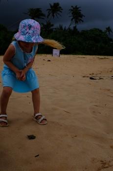 Linda vypúšťa svoje korytnačie mláďa