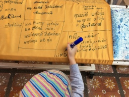 Linda zapisuje svoje meno na plátno v Doi Suthep