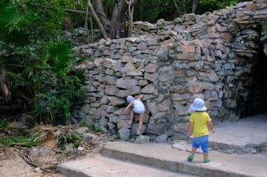 Prezkúmali každý otvor - Tulum ruins