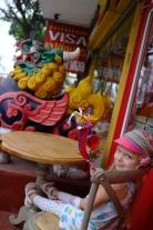 Linda a jej pohyblivý drak na festivale kvetín